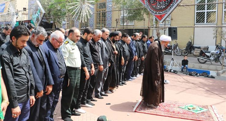 نماز ظهر عاشورا در کاشان به امامت حضرت آیت الله نمازی، نماینده ولی فقیه و امام جمعه کاشان